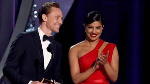 Tom Hiddleston olvida a Taylor Swift en compañía de Priyanka Chopra