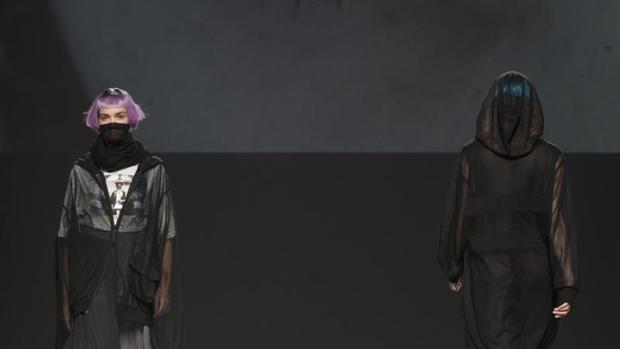 El joven talento de la moda española cierra esta edición de la pasarela madrileña