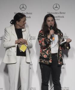 Elena Rial recibe el premio de manos de Cuca Solana