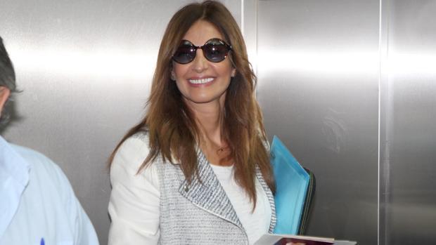Mariló sonriente en el aeropuerto de Barajas