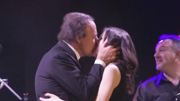 Este beso de Julio Iglesias ha provocado el debate en Twitter