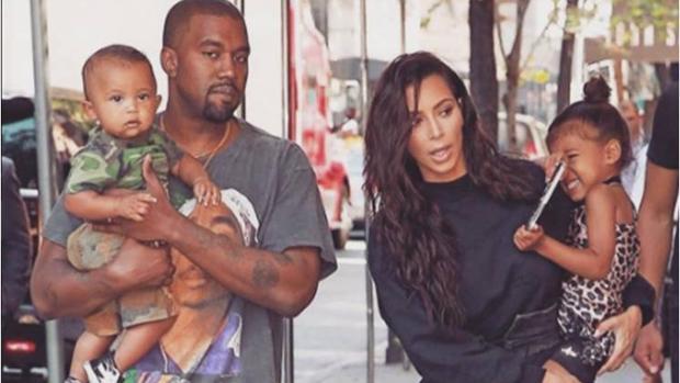 Kanye West y Kim Kardashian con sus dos hijos, Saint y North