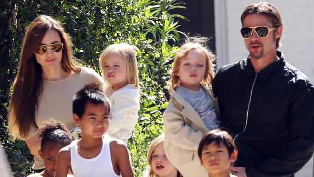 Brad y Angelina con sus seis hijos