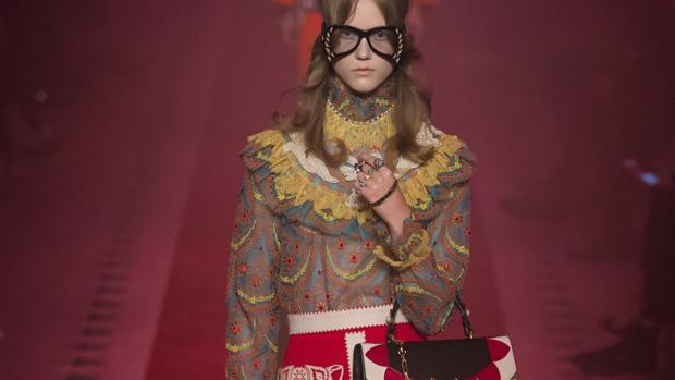 Un momento del desfile de Gucci, donde la modelo también lleva el bolso a la cintura