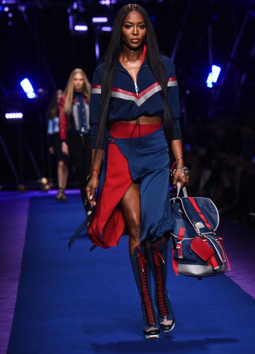 Naomi Campbell desfila para Versace