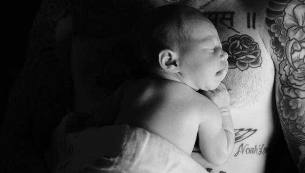 Instagram:  Adam Levine y Behati Prinsloo presentan a su hija recién nacida con una tierna imagen