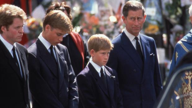 El príncipe Carlos junto a sus hijos en el funeral de Diana