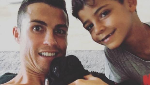 Instagram:  CR7 le regala un perro a su hijo Cristianinho