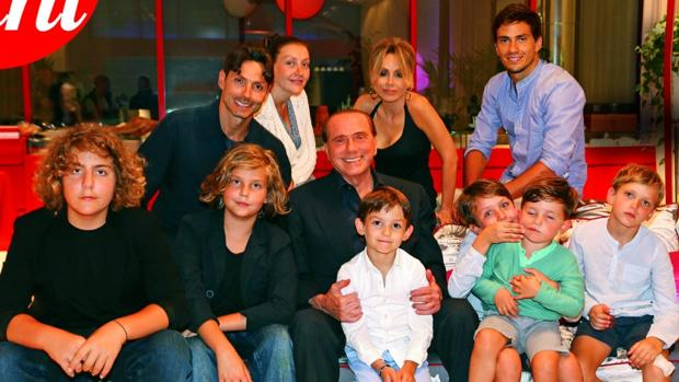 Berlusconi, en el centro, con seis de sus diez nietos: desde la izquierda, Riccardo, Lorenzo, Silvio, Eduardo, Gabriele y Alessandro. Detrás, sus hijos Pier Silvio, Eleonora, Marina y Luigi. Sólo faltó su hija Bárbara