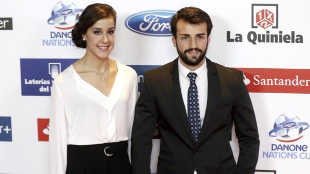 Alejandro es el joven del que está enamorada. Se conocieron en la residencia Blume y hoy comparten piso en Madrid