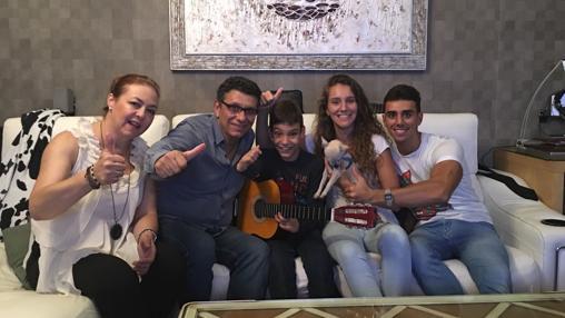 El pequeño cantante con sus padres y hermanos
