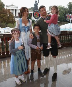 Xabi Alonso, junto a su mujer y su tres hijos: Joan, Anne y la pequeña Emma