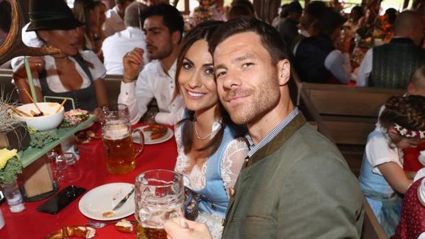 Xabi Alonso, sonriente jen la fiesta de la cerveza unto a su mujer, Nagore Aranburu
