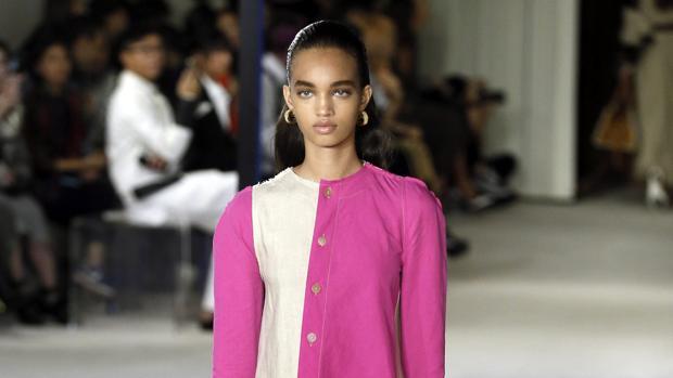 Una de las modelos en el desfile de Dior