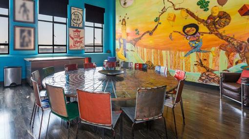Imagen del salón decorado con el mural de los asrtistas «Osgemeos»