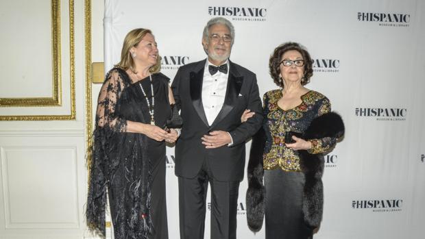 Plácido Domingo junto a su mujer y otra invitada