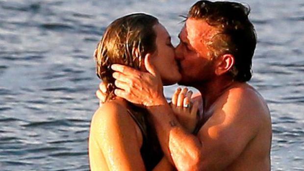El actor y la joven, apasionados en las playas de Hawaii