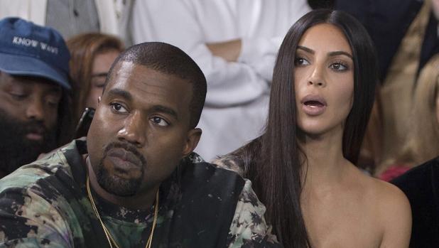 Kim y Kanye West en un desfile meses atrás del robo