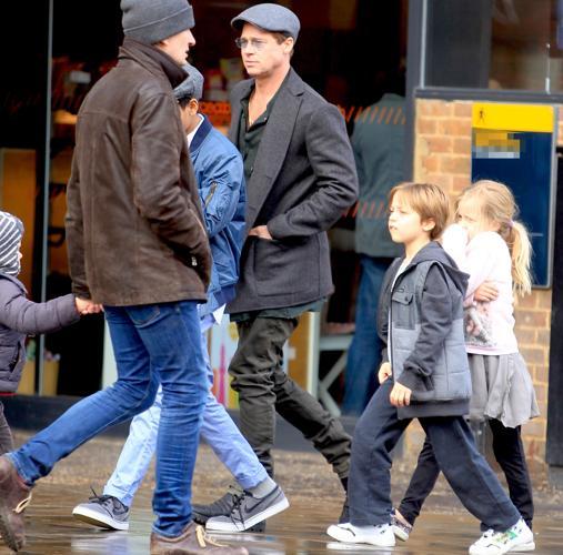 Pitt de paseo con sus hijos