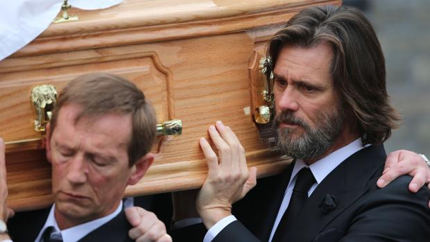 Jim Carrey durante el entierro de Cathriona White