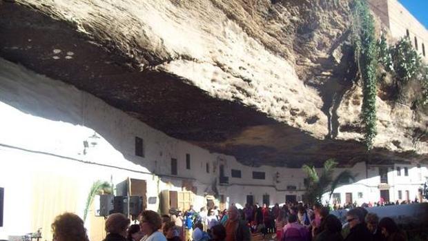 Aspecto de la calle Cuevas del Sol durante las fiestas locales.