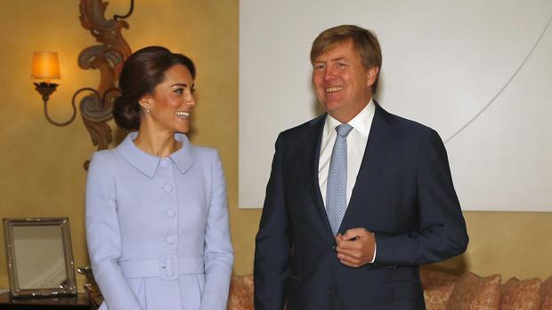 El rey Guillermo-Alejandro de Holanda da la bienvenida a la duquesa Catalina de Cambridge