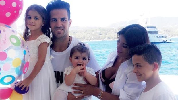 Fábregas junto a su chicas y el hijo de Seemanen el cumpleaños de la pequeña de la casa