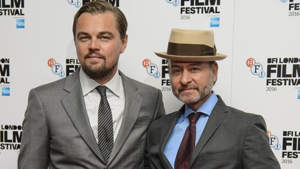 Leonardo DiCaprio y el director Fisher Stevens