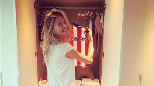 Carla Pereyra muestra la camiseta del Atlético de su hija