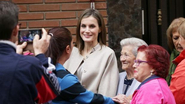 Doña Letizia saluda a las personas que acudieron al acto en Madrid
