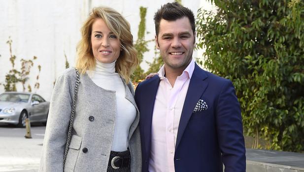 El ex piloto Fonsi Nieto y Marta Castro durante el bautizo de Tristán Peña González en Madrid