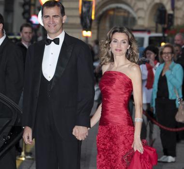 La Reina posa con uno de los modelos de Felipe Varela