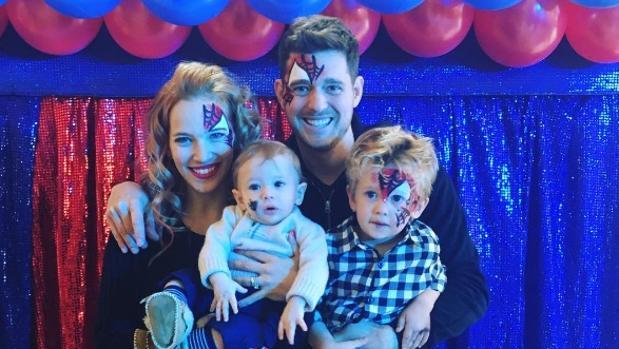 La pareja junto a sus dos hijos, Noah de 3 años y Elias de 9 meses
