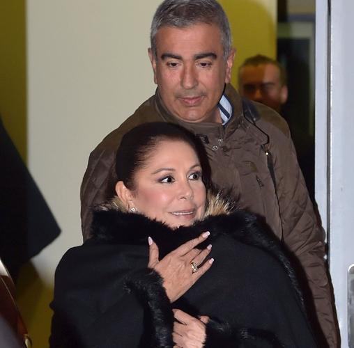 Isabel junto a su hermano Agustín a la salida