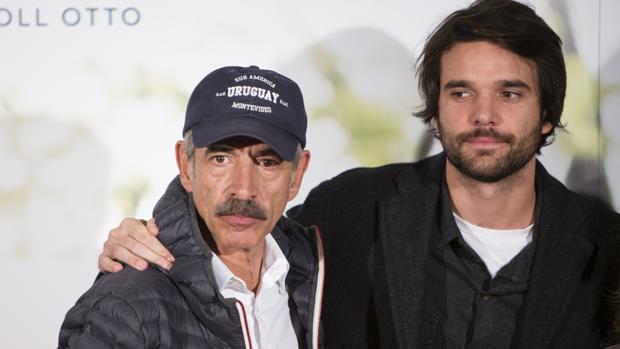 El actor Imanol Arias con su hijo Jon Arias Vega durante la premiere de la película «La historia de Jan»