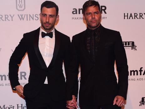 Ricky Martin cogido de la mano de su novio Jwan Yosef