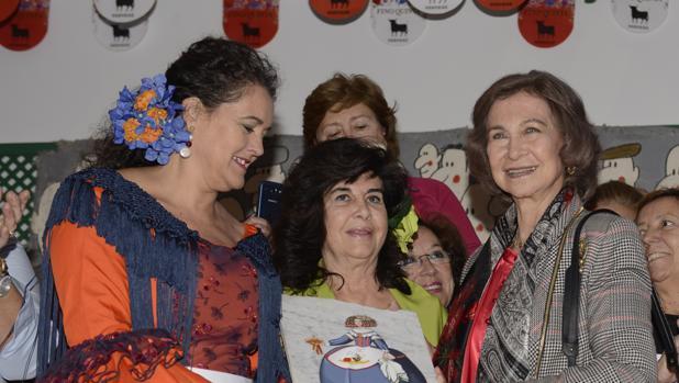 Doña Sofía con algunas voluntarias, durante su visita el pasado año