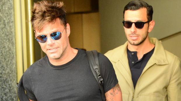 Ricky Martin y su pareja Jwan Yosef saliendo de un hotel