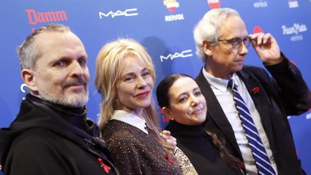 Algunos de los asistentes durante la presentación de la VII Gala Sida Madrid acompañados por el director de la Gala, Miguel Bosé