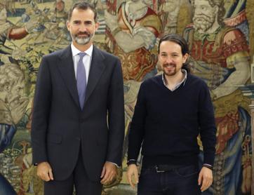 Pablo Iglesias posa junto al Rey en una Audiencia