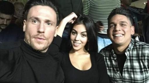 La joven junto a unos amigos en el Bernabéu