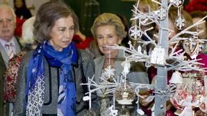 Doña Sofía hace sus compras navideñas en el Rastrillo Nuevo Futuro