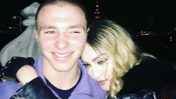 Madonna abraza a su hijo Rocco