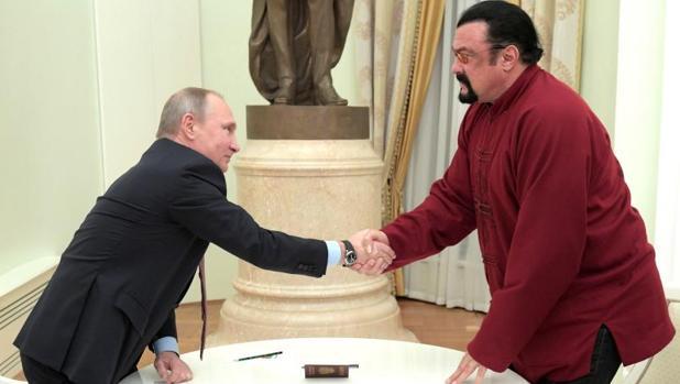 Putin en el acto de entrega de su pasaporte a Steven Seagal