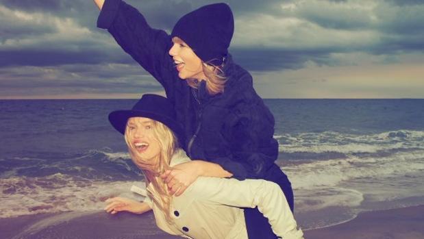 La artista con una amiga tras protagonizar el video