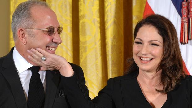 El popular productor musical con su mujer, la artista Gloria Estefan