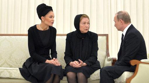 Lola y Tatiana (hermana y madre de Gulnara) con Putin