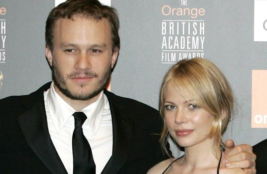 Michelle Williams junto a Heath Ledger