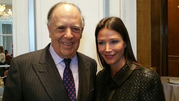 El marqués de Griñon y su pareja, Esther Doña, durante el premio de Loewe