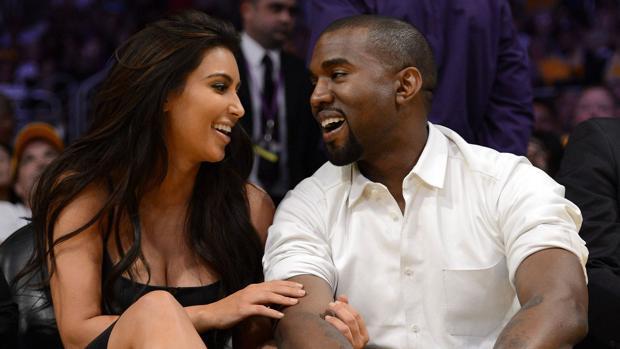 Kanye West junto a su mujer Kim